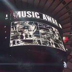Não estamos sabendo lidar com esse palco do Madison Square. Vem #VMAs! Vem Rihanna! https://t.co/FfW3Jc9bnQ