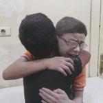 Niçinmi Suriye ile ilgileniyoruz Kardeşi varil bombasıyla katledilmiş bu çocuğa insanlığın ölmediğini göstermek için https://t.co/X6uTgvmRFq
