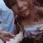 الطيران الروسي يقصف حي الوعر في حمص بقنابل النابلم الحارقة ويحرق جسد طفل حمصي والاهالي يبردون جسده بالطين https://t.co/Q6w8X0AglY