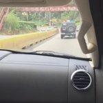 Agente del Sebin sacó a chofer dl carro y se subió para llevarnos detenidos. Aquí rodeados de fuerza pública https://t.co/SYUB3zaucg