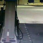 🔴تحذير من ترك الهاتف على الشاحن وانت خارج السيارة. شاهد ماذا حصل شخص ترك اطفاله داخل السيارة ونزل لمحطة البنزين. https://t.co/PsfUxxUEAU