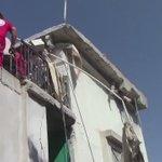 امرأة من حمص سقط عليها سقف بيتها جراء القصف وخمارها يقطر دما لأمة لا تمتلك نقطة دم في عروقها 💔 اللهم انتقم من الظلمه https://t.co/h71CB6wezT