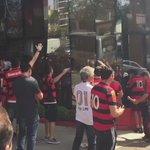 Lá dentro, os jogadores almoçam. Lá fora, a Nação faz a trilha sonora #CHAxFLA #VamosFlamengo https://t.co/nSjR1wVwc6