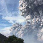 La explosión del #Santiaguito, Guatemala, vista desde el volcán Santa María durante esta mañana Vía @JonathanStone10 https://t.co/PV5n9YFiAW
