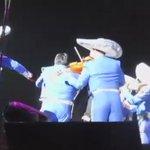 Ayer noche, #JuanGabriel realizaba un completísimo concierto en Los Ángeles, California. Hoy falleció de un infarto: https://t.co/9AzwxnSeHb