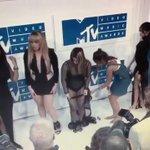 Camila ameaçando bater na bunda da mulher, meu Deus, nem disfarça. KKKKKKKKKKKKKKKKKKKK. #VMAs https://t.co/VLmCuF2MMf