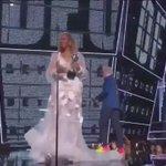 Beyoncé se entregou tanto na performance, que na hora de agradecer o prêmio de vídeo do ano a voz ficou rouca #VMAs https://t.co/PYJEXj0JKw