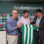 Brasanac siendo presentado como nuevo futbolista del Real Betis. Le acompañan el presidente y el director deportivo. https://t.co/dydAl58WcD