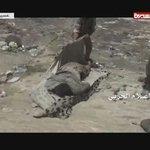 هكذا يتعامل المقاتل اليمني مع جثث الجيش السعودي تعلمو اخلاق الحرب يارعاه الآبل #نجران_الان #عسير https://t.co/yJPSQ3BCSP