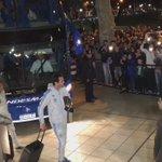 Así llegaron los jugadores de Uruguay a Mendoza, sonrientes y saludando a los hinchas que los alentaron con todo https://t.co/VE9WKzdL9L