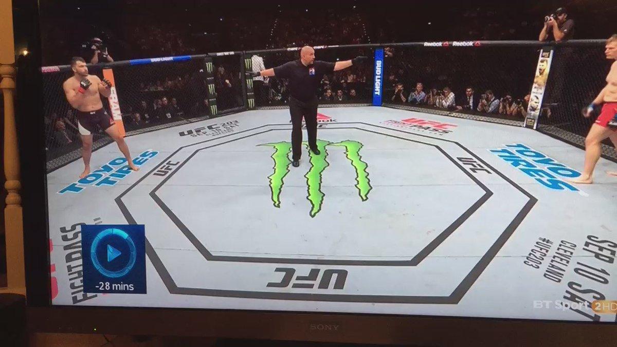 The first 30 seconds of Arlovski vs Barnett. Sometimes superlatives don't suffice in MMA. Simply WOW #UFCHamburg https://t.co/VyRA23Z0Lx