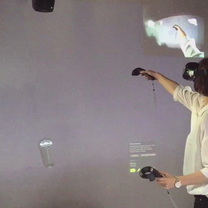 VR Art at YouTubeSpaceTokyo.後ろのスクリーンに投影されてるのがVR内での私の視界という事です(^ω^) #TiltBrush https://t.co/OAOVnQyYVW