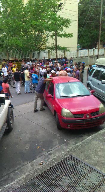 Un grupo de chavistas arremete contra visita de Capriles a Guarenas y otro grupo salió en su defensa. https://t.co/5XepefAWcd