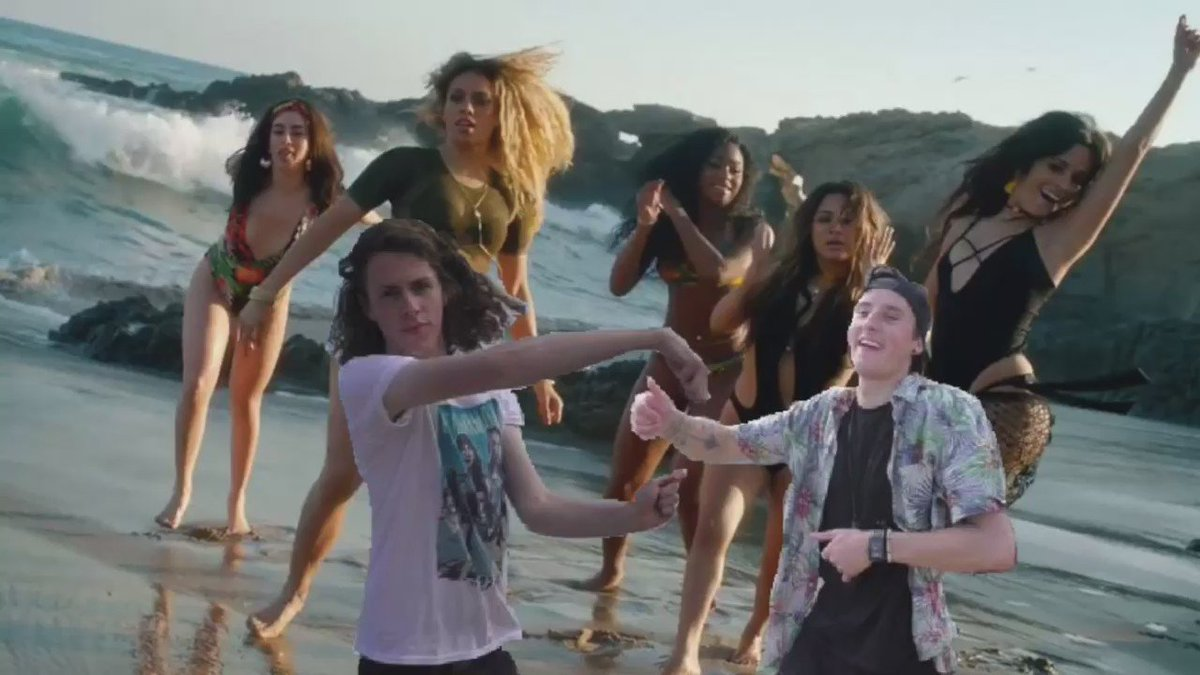When you see @FifthHarmony at the beach... https://t.co/ZdTTy3wO9c