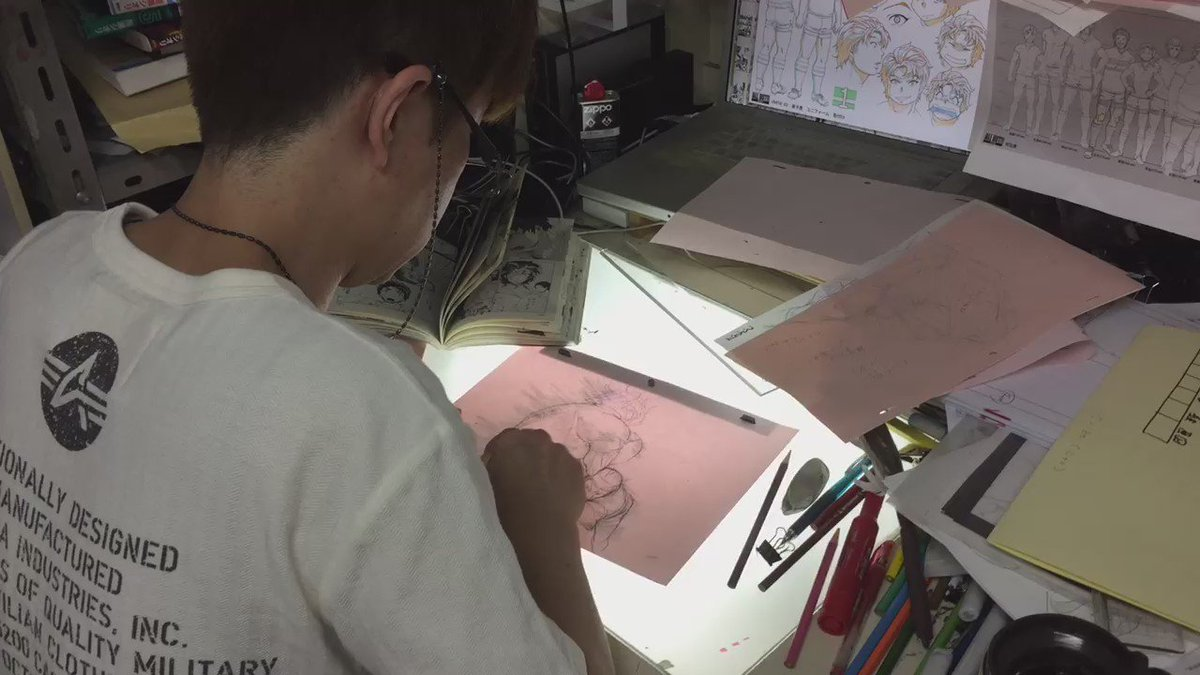 【ALL OUT!!制作現場レポート】清水健一監督の作画の様子をキャッチ!迫力あるタックルシーンです。清水監督はアニメー