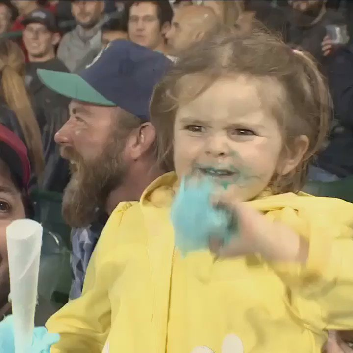 I cannot stop watching this girl going nuts with this cotton candy https://t.co/UfDNnVVRBu