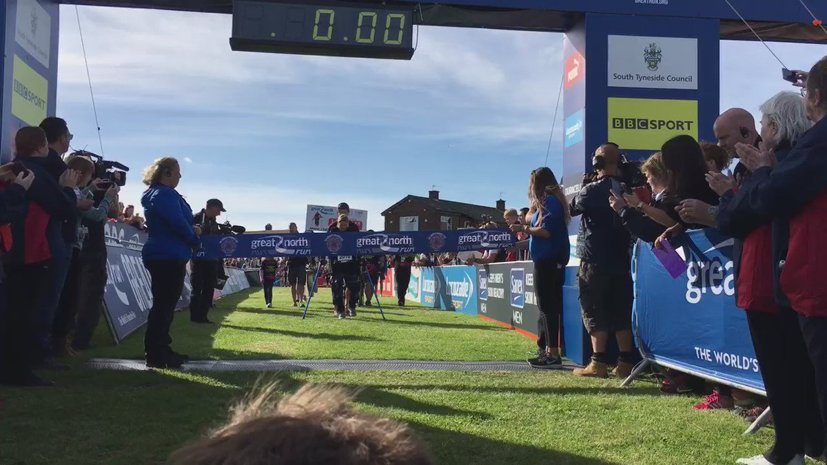 She's done it! Claire Lomas has finished the #GreatNorthRun #ClairesWalk https://t.co/2xFJKLCvH6