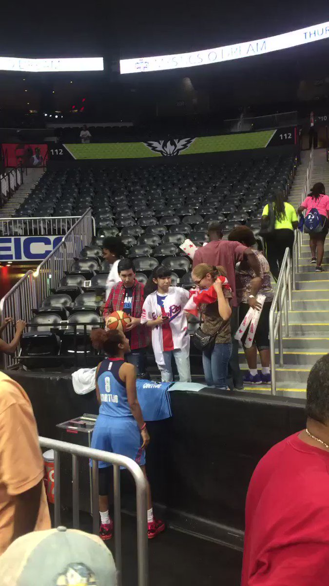 @8Cortijo saludando a sus fans! @AtlantaDream https://t.co/AXLBLxisqE