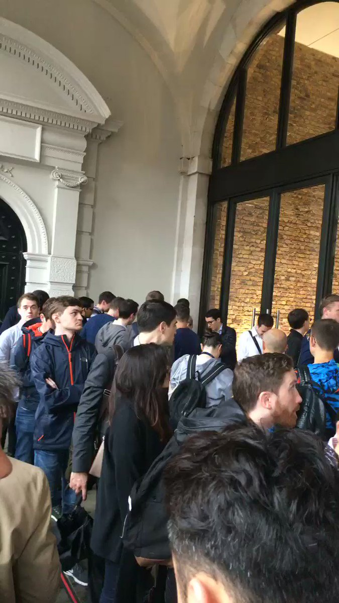 Queue for iPhone 7 even if you have a reservation! :/ #Apple https://t.co/sjp8Upcfp5