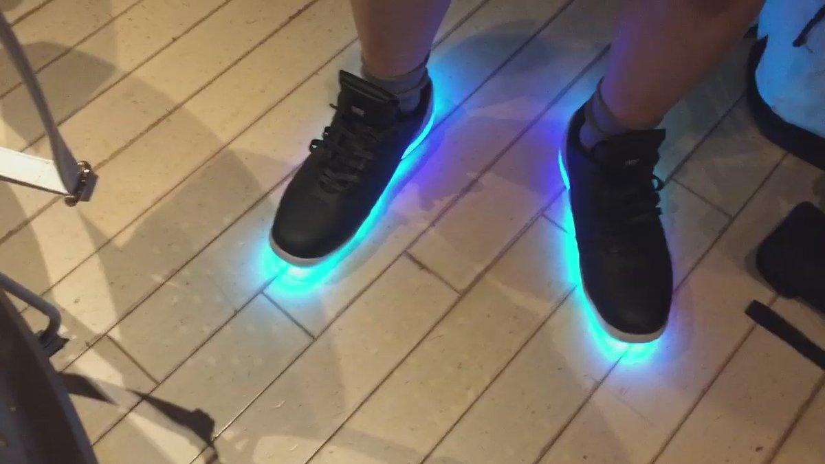 気になってたIoTの光る靴、 #orphe 持ってらっしゃる方がいたのでちょっと履かせて頂いた!waterモード!楽しい。。 https://t.co/1uZXrdHUay