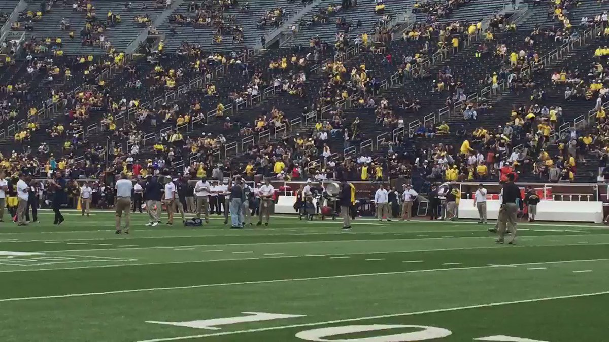 Brady and Harbaugh throwing to each other pregame https://t.co/TQNhDQsQMP