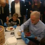 1hr after winning the largest mandate of Labour Party members, Corbyn was making bread with kids in a community cafe https://t.co/oNW0dS7jJY