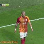 Wesley Sneijder sahaya atılan bozuk parayı aldı ve yazı-tura attı. https://t.co/7nZy7F8hW8