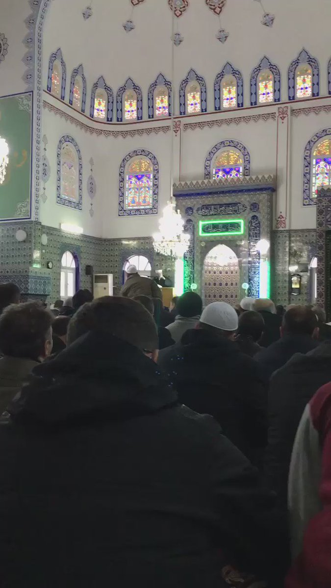 Ramiz Dayı Cuma hutbesi veriyor... İnanilmaz benzerlik #TuncelKurtiz https://t.co/p134CEqb1u