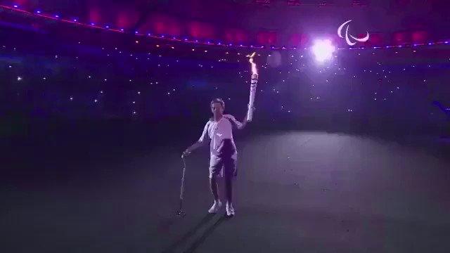 الجمهور الواعي يصفق لهذا الشخص من ذوي الاعاقة بعد ان سقطت منه شعلة البطولة .. فعاد بثقة من جديد #إيجابية https://t.co/xHnF5JfqlZ