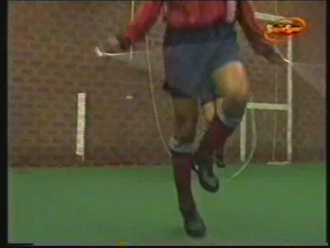 Se habla mucho del rondo en los entrenos, pero esto que hacía el Ajax en los 90 sí que era vanguardia https://t.co/v5BNaKTjs6