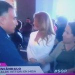 Kathy Barriga deja con la mano estirada a alcalde Vitori de Maipú al darle la paz en misa. Se pasó pa rota. https://t.co/Rk2wrmUWWA