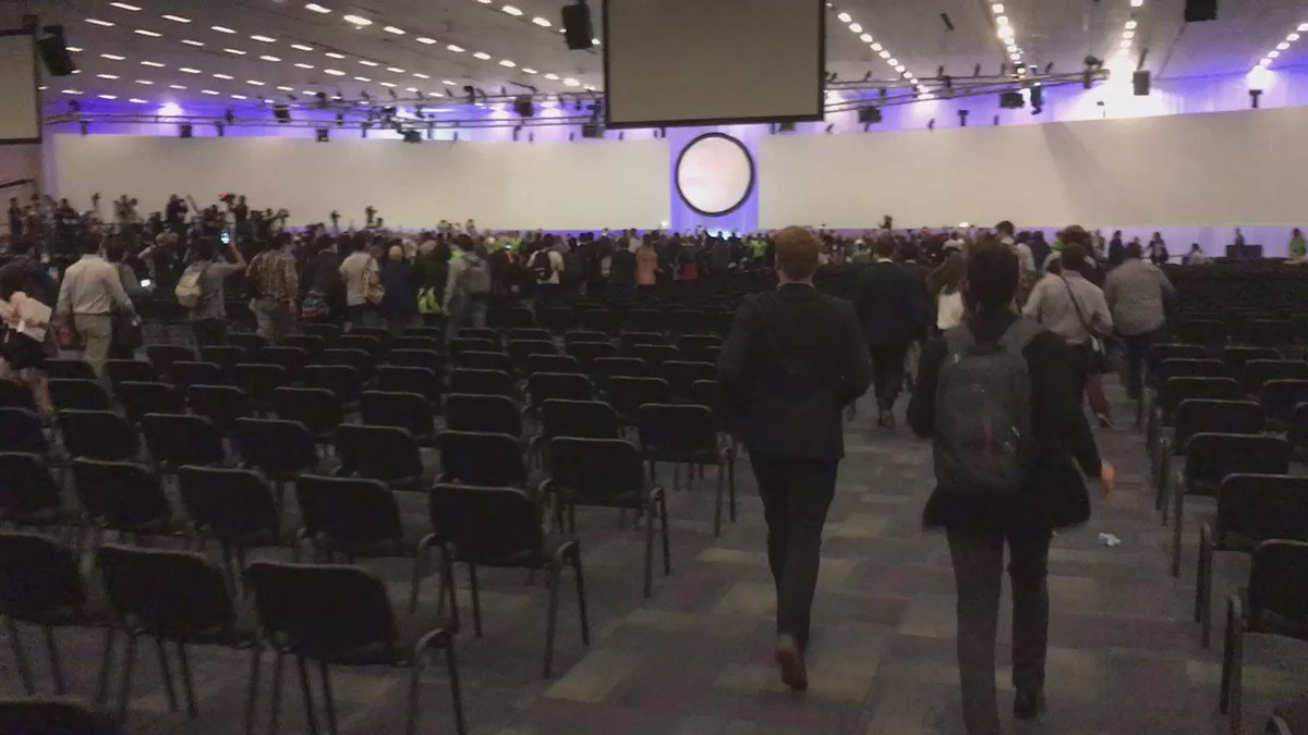 People running in to get good seats for the @elonmusk show! #IAC2016 #SpaceX https://t.co/cg76ghTmnJ