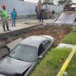 #VIDEO Logran sacar auto que cayó en hundimiento https://t.co/dBuaYrax2v  #tampico #madero https://t.co/BlQUL2xCQo