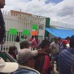 Integrantes de la #UNTA bloquean los accesos a la Delegación de la @SAGARPA_Oax. #Oaxaca @SAGARPA_mx @SagarpaOaxaca @SagarpaOax https://t.co/gwzXlcgl6w