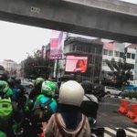 "Parah alig.. nobar jav rame"" di jalan raya. anti mainstream borr... 😄😅 #VIDEOTRON #walikotajavselatan  https://t.co/YKA6To9FaP"