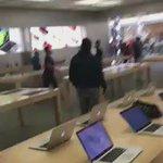 Lelaki dlm klip ini memecah iPhone dan Macbook atas sbb tidak puas hati dengan fasiliti sokongan yg Apple tawarkan. https://t.co/17kY8mO8En