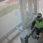 Si hoy se sienten tristes, recuerden a este policía bachiller intentándose colar. Pobre ser. https://t.co/k6uaDNZHpF