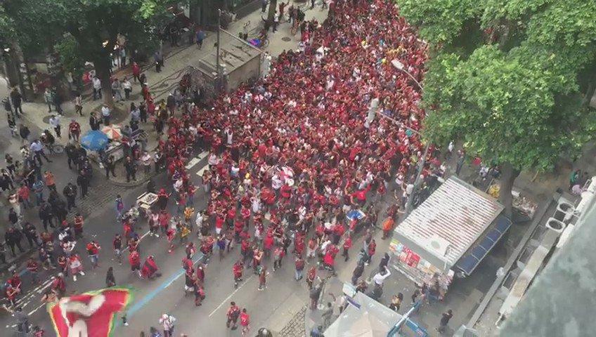 #AGORA Torcedores do Flamengo interditam a pista lateral da Avenida Presidente Vargas, sentido Praça da Bandeira. https://t.co/P82J7BoTKP