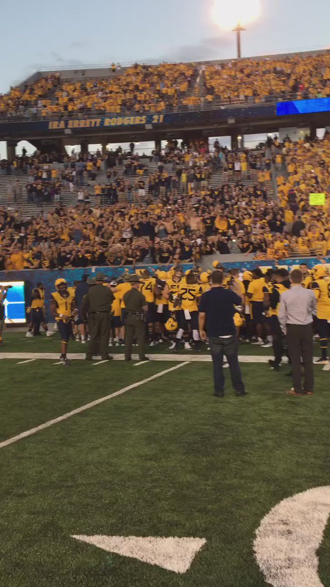 Cue Country Roads for @WVUfootball!! #HailWV https://t.co/mtXO4ptsg5
