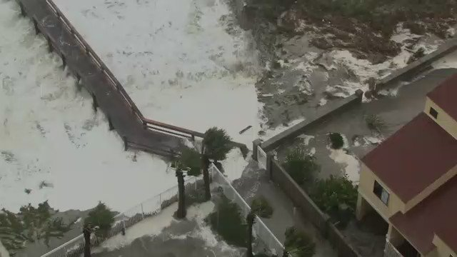 Here is a look at some of the flooding in Jacksonville Beach. #FCNStorm #HurricaneMatthew https://t.co/wSww2MkjkY