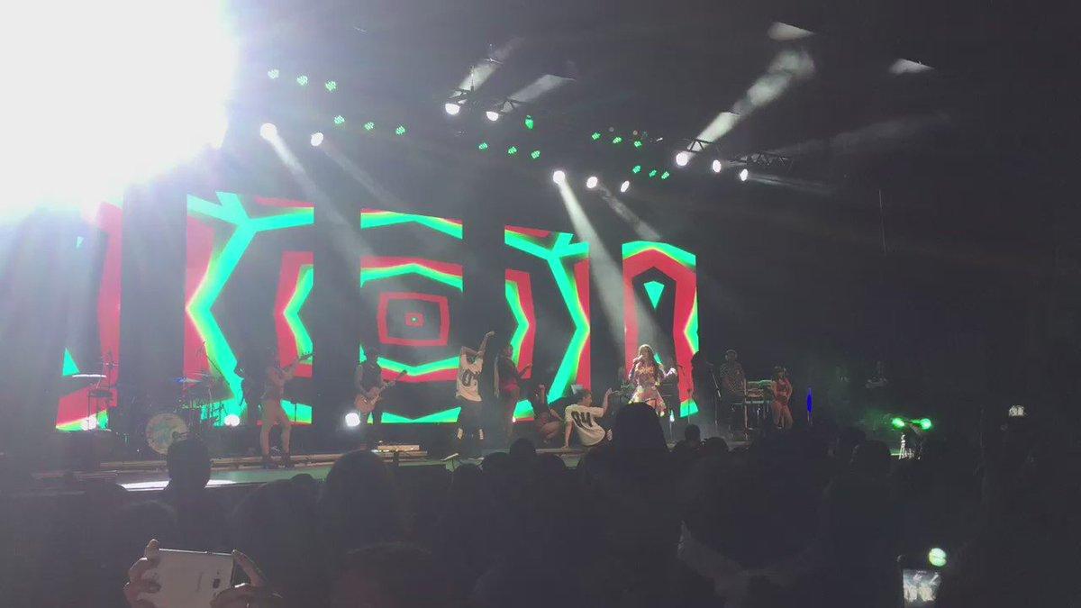 Vejam @Anitta agora no show das poderosinhas cantando @FifthHarmony lindaaaaaaa https://t.co/DveYLcuypE