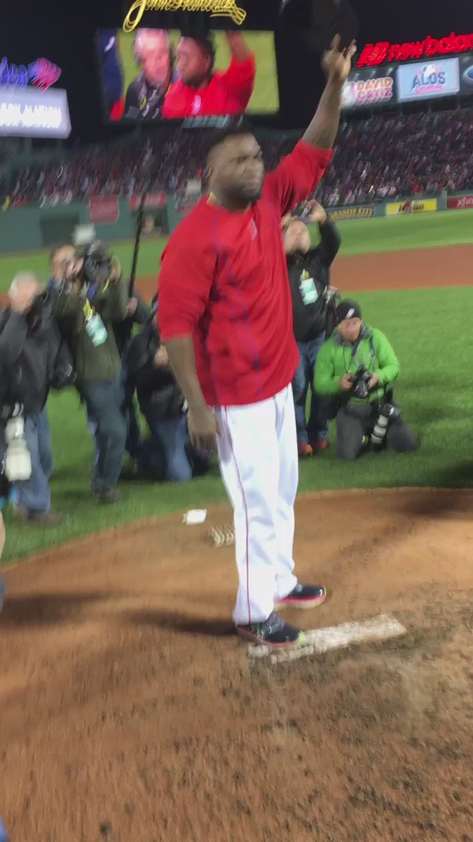 Papi sale a saludar al público. Nadie se ha movido en Fenway Park https://t.co/ZoiXy0UsKe