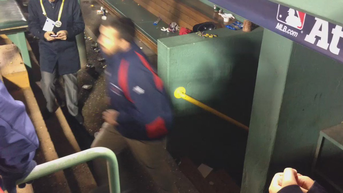 David Ortiz tips his cap to #RedSox fans for the final time at Fenway Park - #wbz https://t.co/HVoFHgtACd
