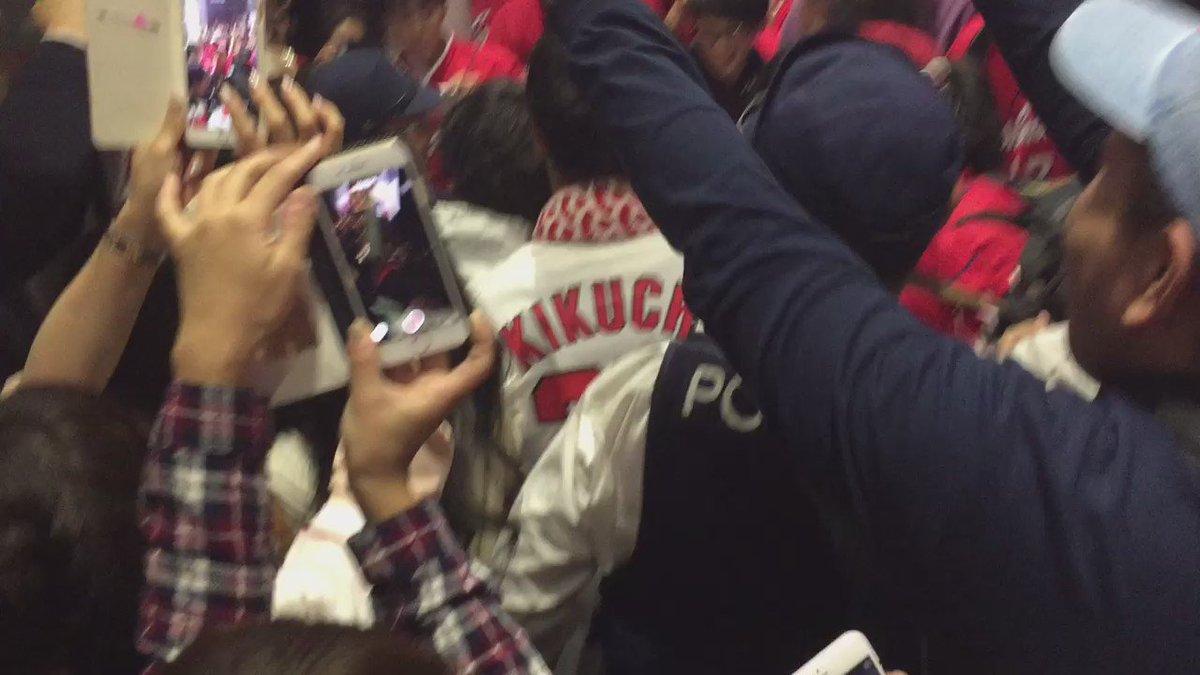 警察官「嬉しいのは分かりますが、喜びは静かに表現してくださーい」 広島市民「ウオオオオオー!」  広島市民、なぜか警察官を胴上げ。