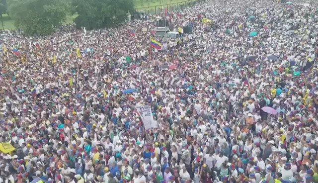 Un excelente video de la concentración de hoy en #Caracas #LaTomaDeVenezuela via: Mildred Manrique  https://t.co/ofSmkm3Tec