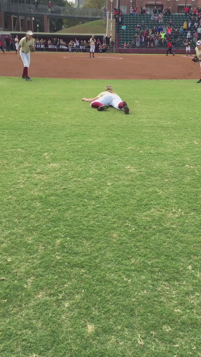 A diving catch in the @FSU_Softball and @UGASoftball game turns into an outstanding #MannequinChallenge! https://t.co/WXPetYcde7