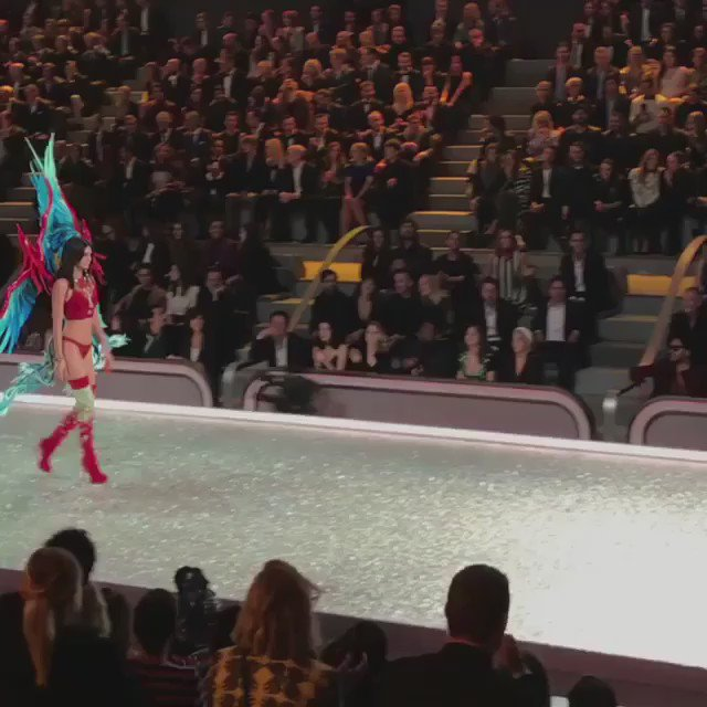 Well someone got their first pair of wings!!!! ???? congrats Kenny!!! Victoria's Secret fashion show ???? https://t.co/nIq1OZ9HQ0