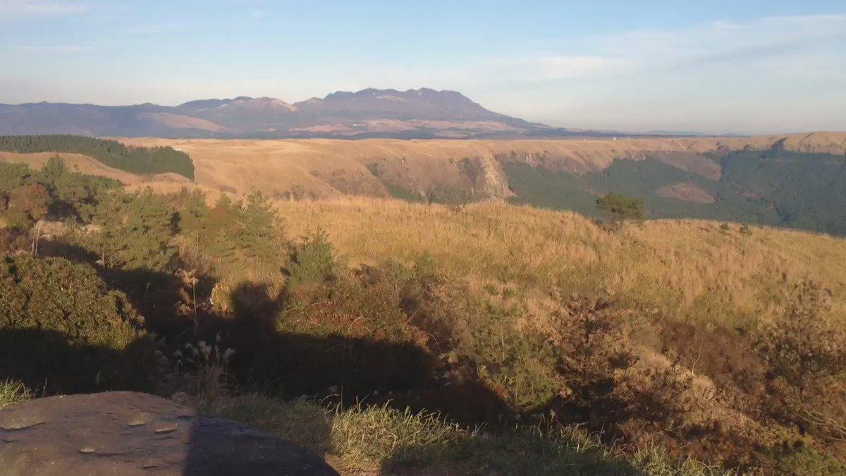 通称ラピュタの道からの阿蘇山の眺め。(動画版)生きてるうちにぜひ行って見て欲しいレベルの絶景ですぞ。