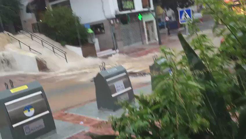 La Avenida Nabeul vuelve a verse muy afectada por las intensas lluvias #trombaMLG #Marbella #LluviasMarbella https://t.co/XTb4irNXiD