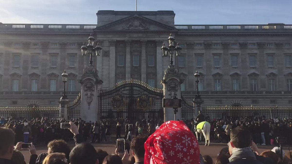 Awwww the Buckingham palace guards are paying tribute to @GeorgeMichael by playing Last Christmas https://t.co/xBBEsdAf9l